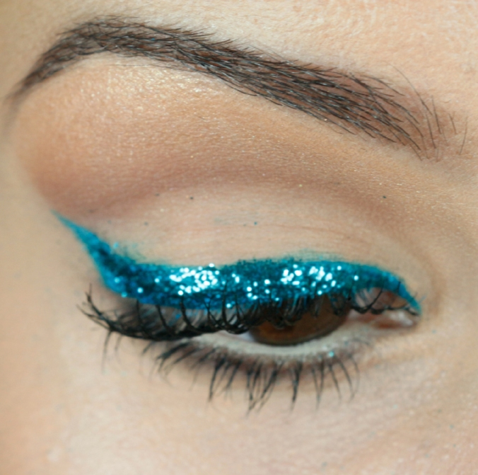 passo-a-passo-maquiagem-carnaval-delineador-com-glitter-tudo-make-2014-10-make-close