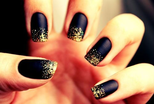 unhas-pretas-com-glitter-dourado