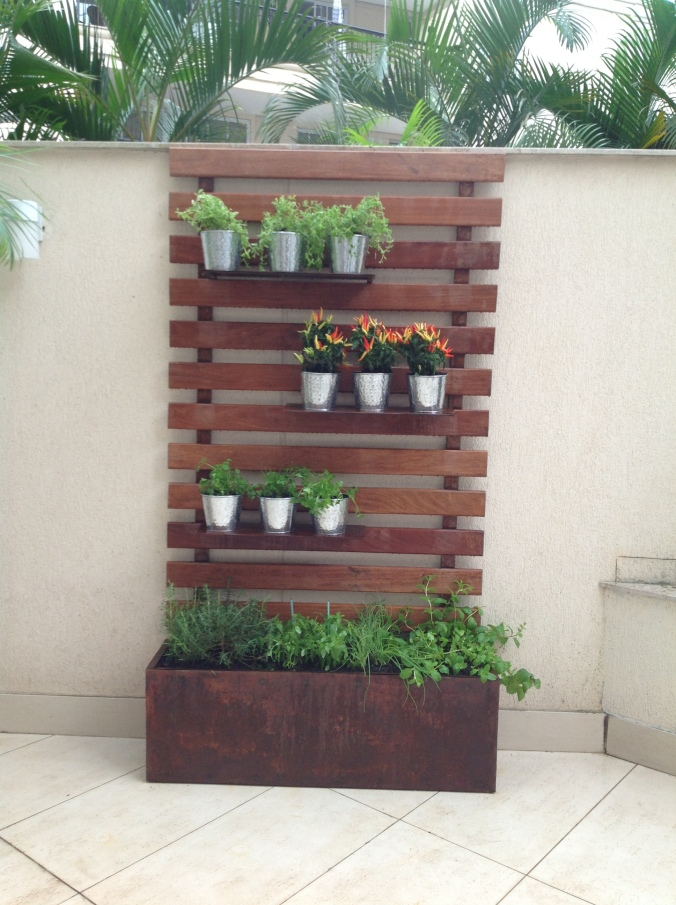 horta-vertical-painel-em-Madeira-com-jardineira-e-prateleiras-em-aço-corten